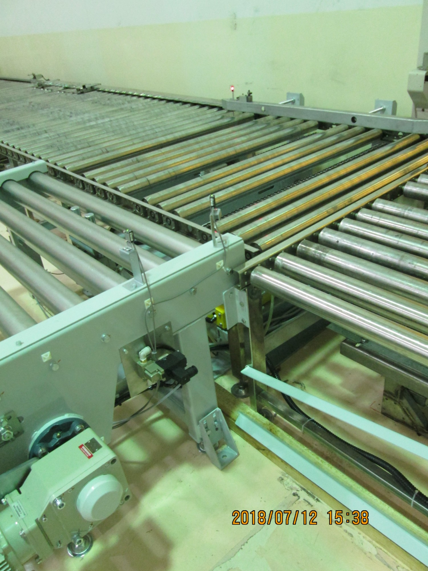 CHAIN CONVEYOR FOR TRANSPORTING PALLETS