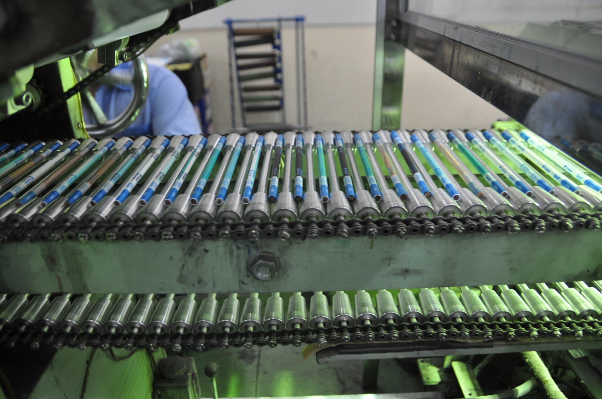 SPECIAL-TYPED ROLLER CONVEYOR FOR TRANSPORTING PENCIL
