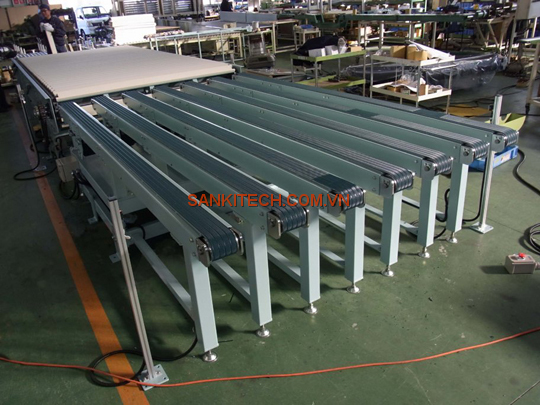 MULTI-ROW BELT CONVEYOR AND SPECIAL SLAT CONVEYOR FOR TRANSPORTING OF EXTERNAL SURFACE MATERIALS