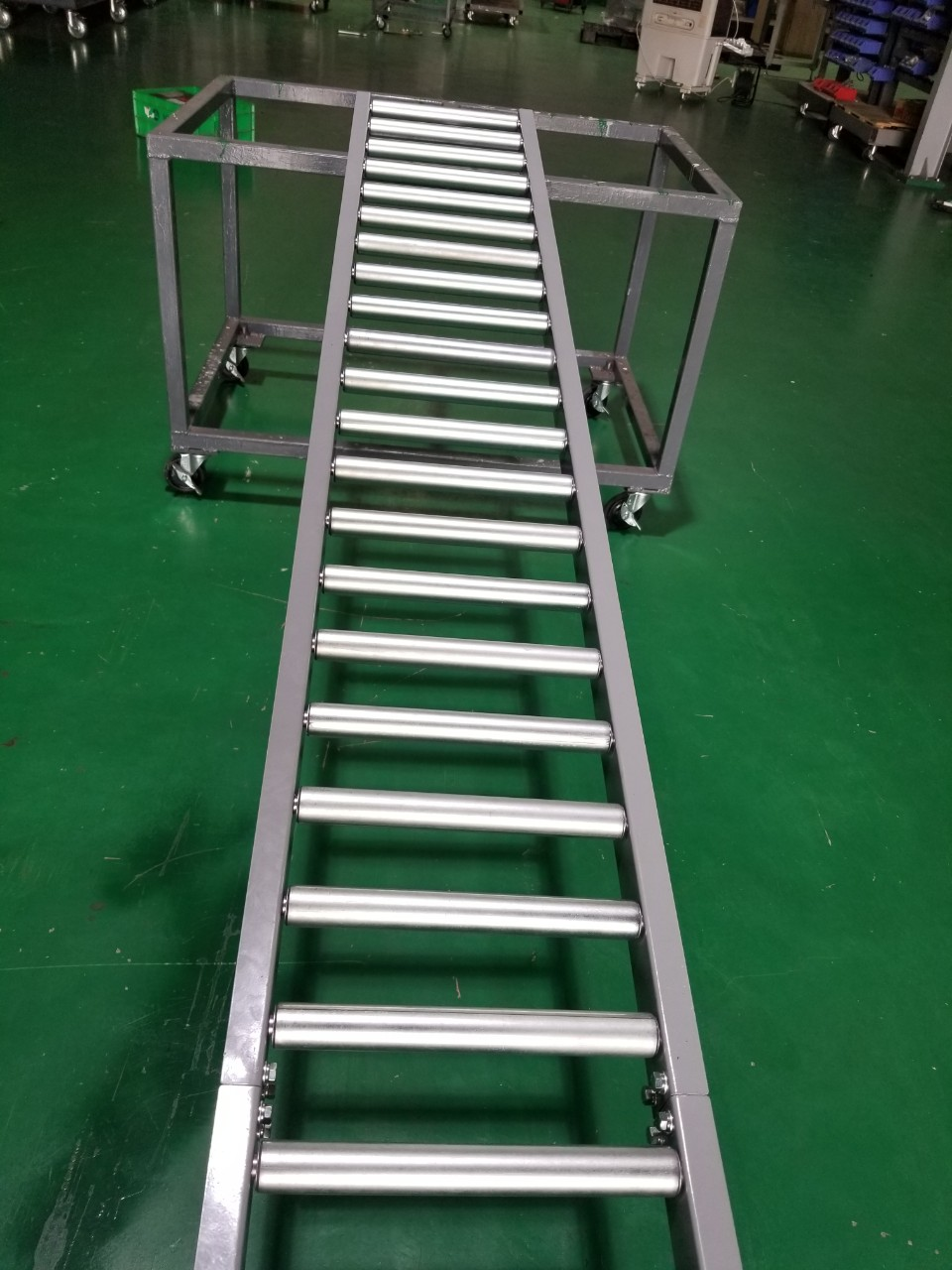 ROLLER CONVEYOR FOR TRANSPORTING PRODUCT BOXES